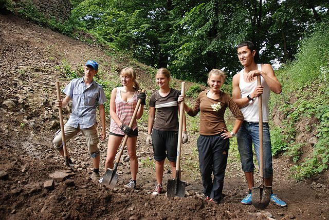 640px-EVS_volunteer_project_within_Nevitsky_Castle_reconstruction